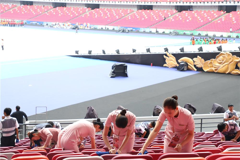 9 开幕式前夕擦拭6万座椅.JPG