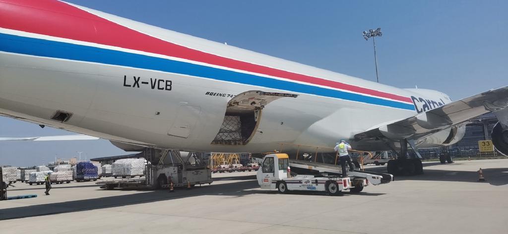"""郑州机场完成首单国际换单""""空空中转"""" 货物中转可搭乘不同的航空公司"""